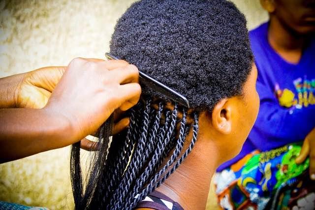 Être à la mode en cheveux Curly